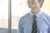 ボタンダウンシャツを着た笑顔の男性
