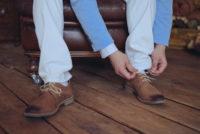 スエード靴を履く男性