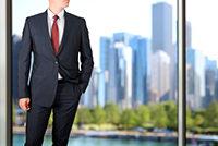ネイビースーツのビジネスマン