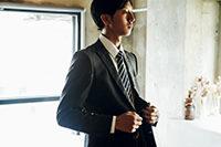 スーツを着る新社会人