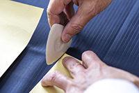 スーツ生地に型紙写しをしている光景