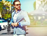 夏用スーツを着た男性