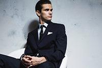 ブラックスーツの男性