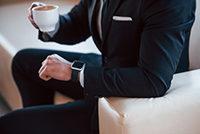座っているブラックスーツのビジネスマン
