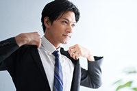 ネイビーのネクタイを締めた男性