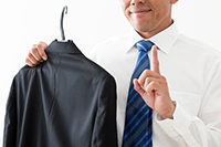 スーツをクリーニングする男性
