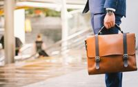 スーツに合うビジネスバッグにはどのような種類がある?の画像