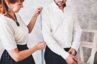 ワイシャツをオーダー中の男性