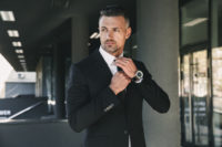 ブラックスーツのビジネスマン