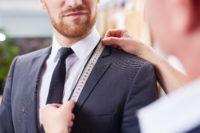 スーツをオーダーする男性