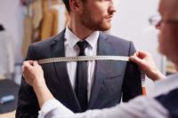 オーダースーツの採寸をする男性