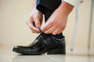 スーツと合わせる革靴の靴ひもの種類や選び方についての画像